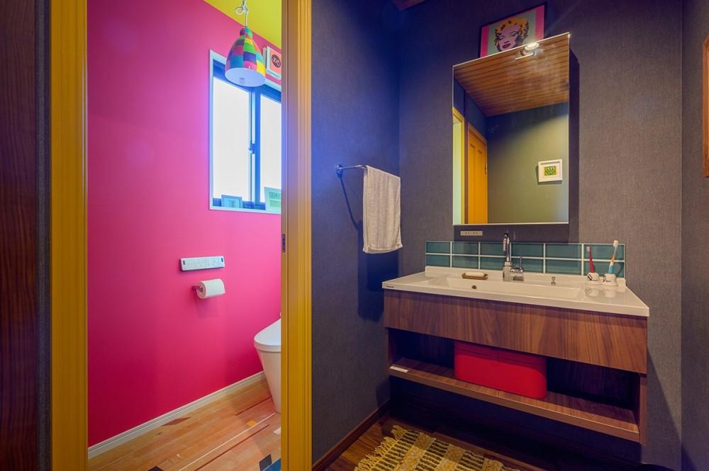 色で遊ぶ、趣味と暮らす家 (どこを切り取っても絶妙の色バランスの洗面とトイレ)