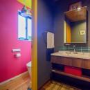 色で遊ぶ、趣味と暮らす家の写真 どこを切り取っても絶妙の色バランスの洗面とトイレ