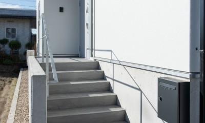 高基礎の平屋 (階段・ポーチ)