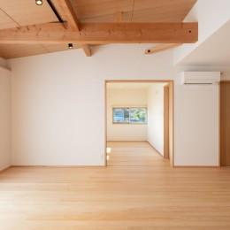 高基礎の平屋 (リビングより子供室を見通す)