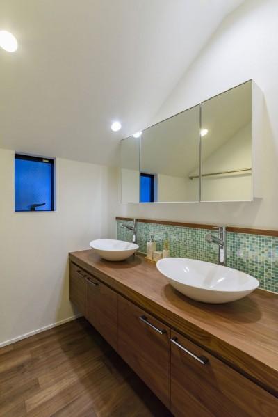 洗面スペース (灯りに集う家)