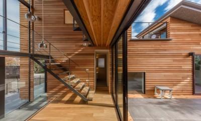 尾張旭の住宅 自然と呼応するモダンウッドハウス (玄関土間)