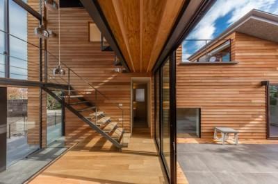 玄関土間 (尾張旭の住宅 自然と呼応するモダンウッドハウス)