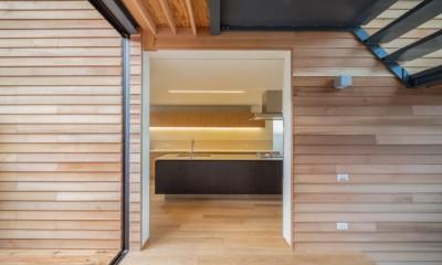 尾張旭の住宅 自然と呼応するモダンウッドハウス (玄関からキッチンを見る)