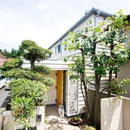 吹き抜けから明るい陽射しが届く開放感あふれる家に「まるごと再生」