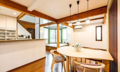 吹き抜けから明るい陽射しが届く開放感あふれる家に「まるごと再生」 (【キッチン】)