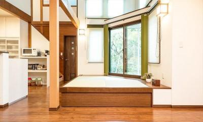 吹き抜けから明るい陽射しが届く開放感あふれる家に「まるごと再生」 (【畳スペース】)