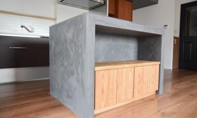 再販物件を部分リノベーション 理想のわが家の実現 (収納量大のモールテックスで仕上げた作業台)