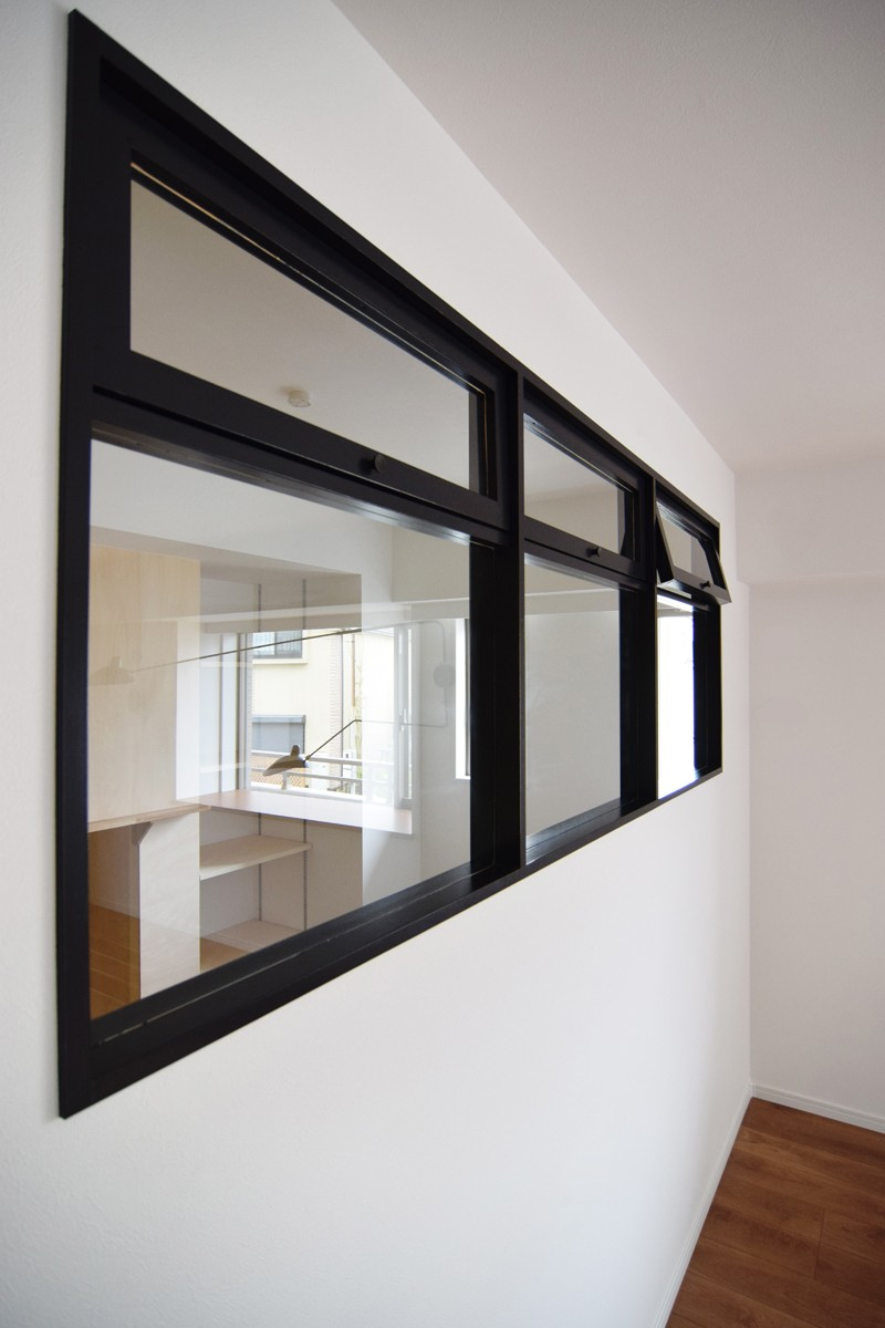 再販物件を部分リノベーション 理想のわが家の実現 (黒フレームで引き締める内窓)