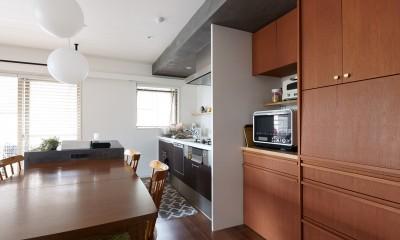 再販物件を部分リノベーション 理想のわが家の実現 (ダイニングテーブルと調和するオーダー家具の食器棚)