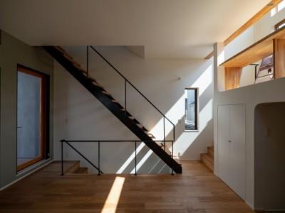 1・2・house 遊びゴコロいっぱいのボーダーレスハウス (3階子ども室スペースへの階段と2.5階勉強スペースへの階段)