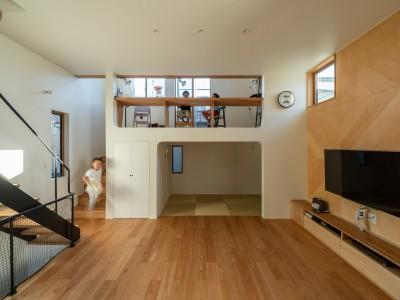 1・2・house 遊びゴコロいっぱいのボーダーレスハウス (勉強スペース⇔リビング⇔キッチンのつながり)