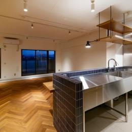 キッチンダイニング (PLAYFUL 遊び心の北欧アンティークテイストリノベーション)