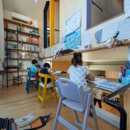 1・2・house 遊びゴコロいっぱいのボーダーレスハウス-3階子ども室への家型入口が楽しい勉強スペース