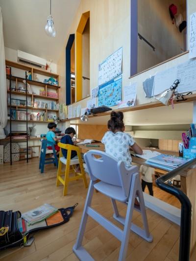 3階子ども室への家型入口が楽しい勉強スペース (1・2・house 遊びゴコロいっぱいのボーダーレスハウス)
