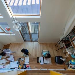 1・2・house 遊びゴコロいっぱいのボーダーレスハウス (吹き抜けを持つ勉強スペース)