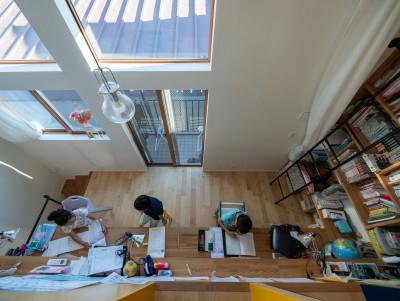 吹き抜けを持つ勉強スペース (1・2・house 遊びゴコロいっぱいのボーダーレスハウス)