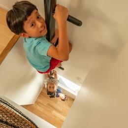 1・2・house 遊びゴコロいっぱいのボーダーレスハウス (2階リビングから3階子ども室への登り棒)