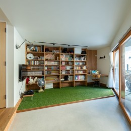 1・2・house 遊びゴコロいっぱいのボーダーレスハウス (1階の書斎コーナー)