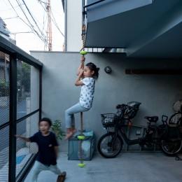 1・2・house 遊びゴコロいっぱいのボーダーレスハウス (2階バルコニー⇔1階前庭)