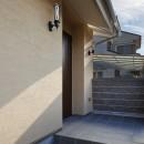 目が行き届く快適な平屋#和歌山の家の写真 2つのブラケット照明がついたアプローチ