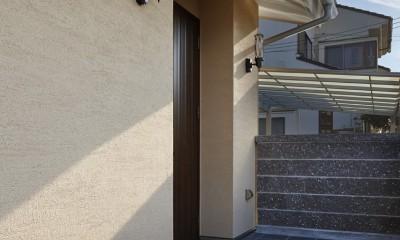 目が行き届く快適な平屋#和歌山の家 (2つのブラケット照明がついたアプローチ)
