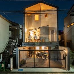 1・2・house 遊びゴコロいっぱいのボーダーレスハウス (家族の団らんを感じる夕景)