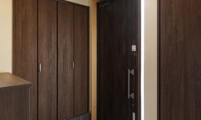 目が行き届く快適な平屋#和歌山の家 (靴箱とクローゼットがある玄関)