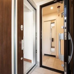 「ちょうどいい距離感」でつながる安心の二世帯住宅へ『まるごと』一新 (【玄関】)