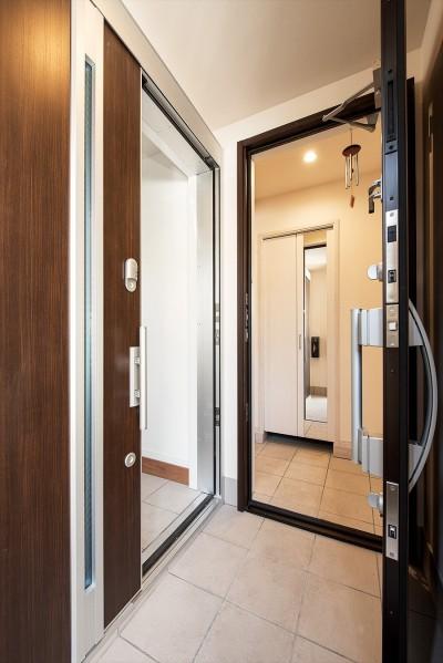 【玄関】 (「ちょうどいい距離感」でつながる安心の二世帯住宅へ『まるごと』一新)