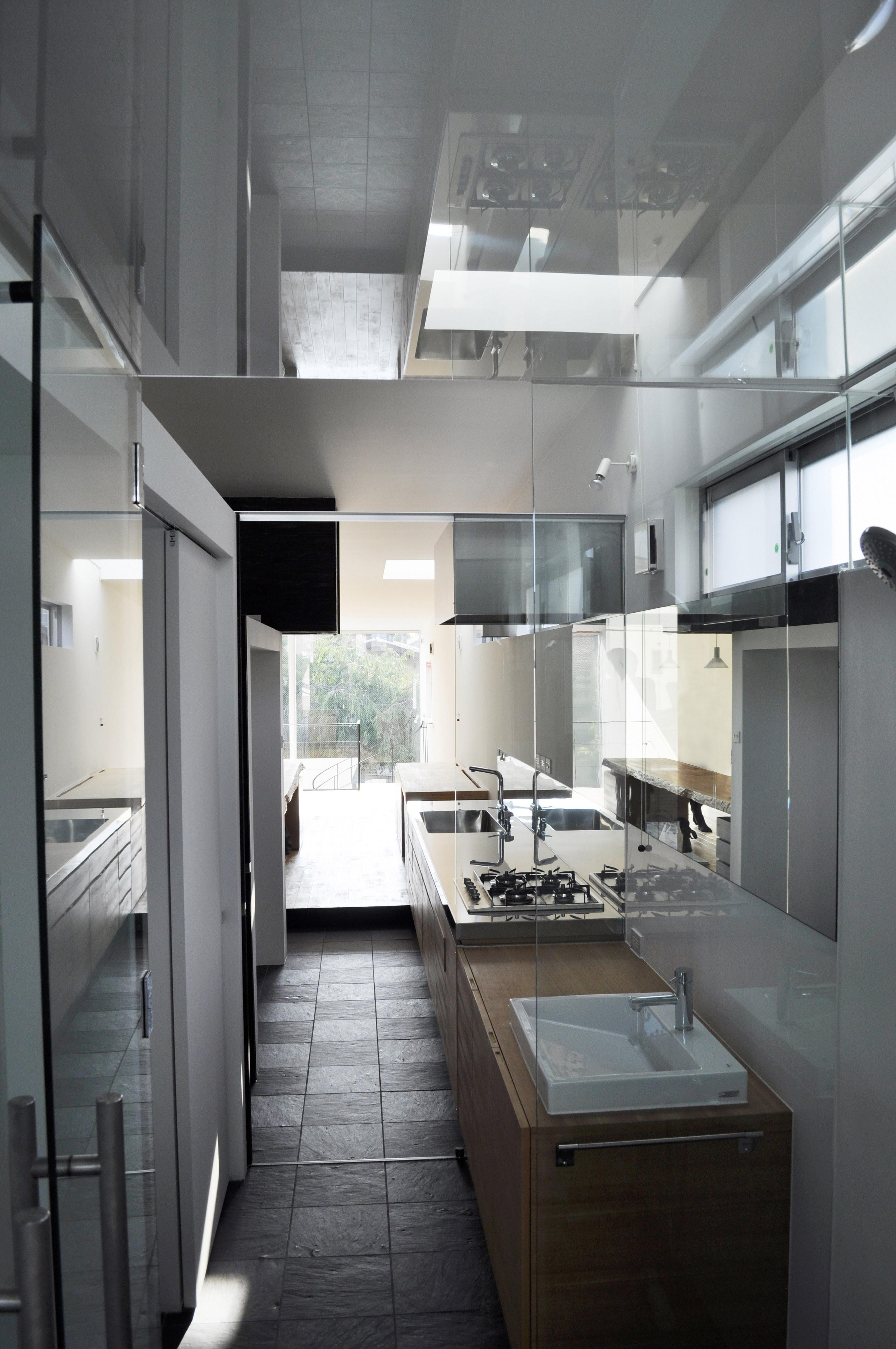 バス/トイレ事例:バスルーム(M HOUSE 狭小間口を活かした、道のような家)