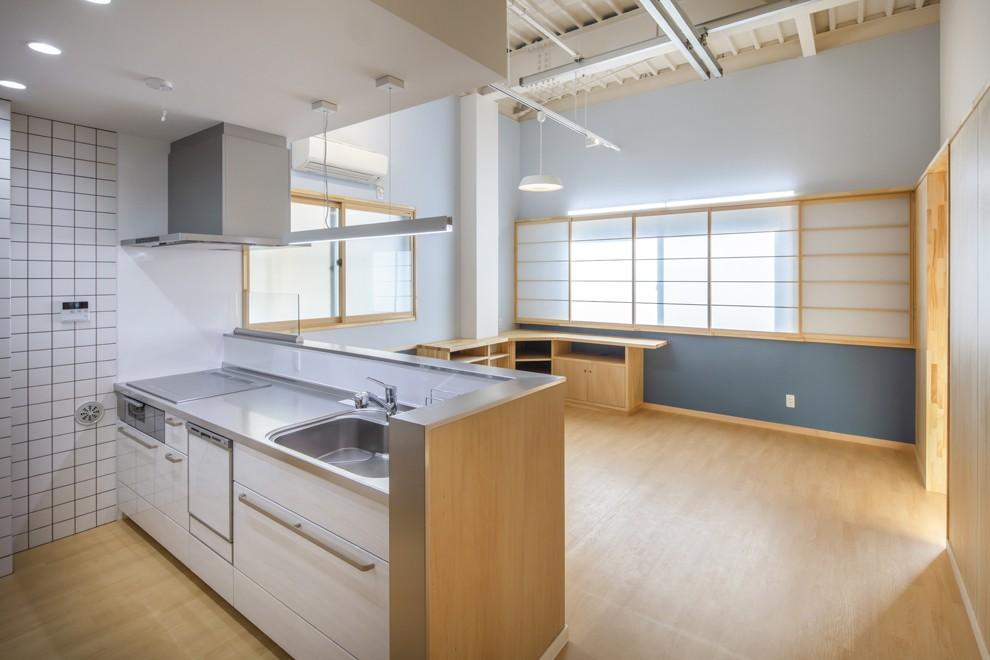 働いていたスタジオから終の棲家へ:バリアフリー・リノべーション (キッチンからの視覚の広がりが家族の動線の確保と豊かな暮らしを誘う)