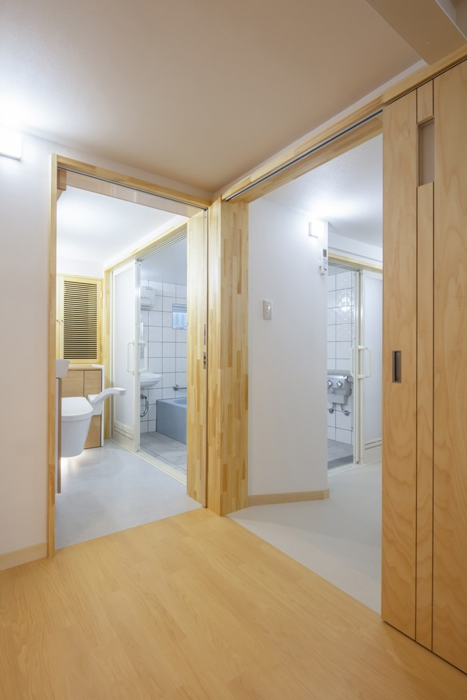 働いていたスタジオから終の棲家へ:バリアフリー・リノべーション (バリアフリー対策を施した ⇒ 左側:トイレ、右側:洗面脱衣室|建具の敷居を無くした床)