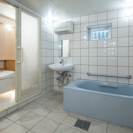 働いていたスタジオから終の棲家へ:バリアフリー・リノべーション (便器が浮遊し掃除がしやすく、ほどよい明るさで深夜に『 眩しさ 』を感じにくい、バリアフリー住宅のトイレ)
