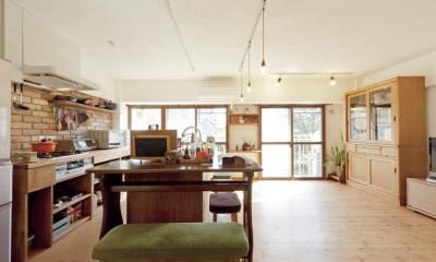 大阪府Aさん邸:温かみのある木のキッチンが主役の、レトロナチュラルな空間
