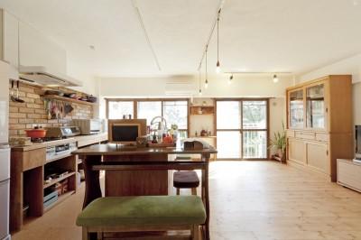 大阪府Aさん邸:温かみのある木のキッチンが主役の、レトロナチュラルな空間 (和室をなくして広々LDK)