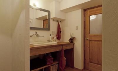 大阪府Aさん邸:温かみのある木のキッチンが主役の、レトロナチュラルな空間 (オリジナル洗面台)