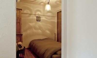 大阪府Aさん邸:温かみのある木のキッチンが主役の、レトロナチュラルな空間 (寝室)