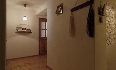 大阪府Aさん邸:温かみのある木のキッチンが主役の、レトロナチュラルな空間 (廊下)