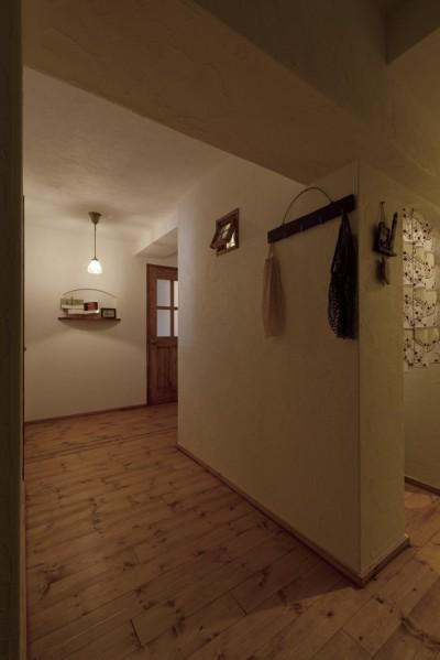 廊下 (大阪府Aさん邸:温かみのある木のキッチンが主役の、レトロナチュラルな空間)