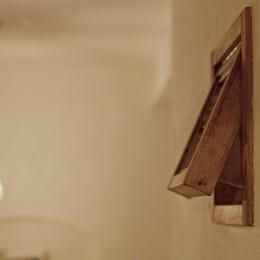 大阪府Aさん邸:温かみのある木のキッチンが主役の、レトロナチュラルな空間 (オーダーメイドの木枠の小窓を壁に。)