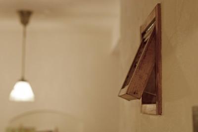 オーダーメイドの木枠の小窓を壁に。 (大阪府Aさん邸:温かみのある木のキッチンが主役の、レトロナチュラルな空間)