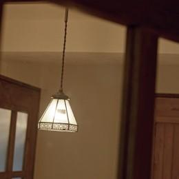 大阪府Aさん邸:温かみのある木のキッチンが主役の、レトロナチュラルな空間 (一つひとつこだわりの照明)