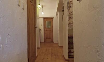 大阪府Aさん邸:温かみのある木のキッチンが主役の、レトロナチュラルな空間 (ホッとなごめる玄関土間)