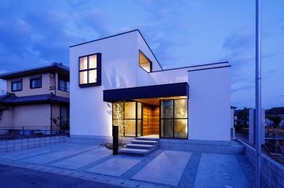 haus-cros 外観 (haus-cros / 十字フレームが印象付ける和洋折衷テイストの箱型中庭住宅)