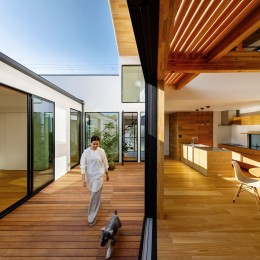 haus-cros / 十字フレームが印象付ける和洋折衷テイストの箱型中庭住宅 (haus-cros リビング&中庭)