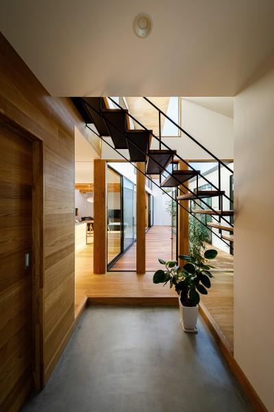 haus-cros 玄関 (haus-cros / 十字フレームが印象付ける和洋折衷テイストの箱型中庭住宅)