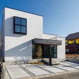 haus-cros / 十字フレームが印象付ける和洋折衷テイストの箱型中庭住宅