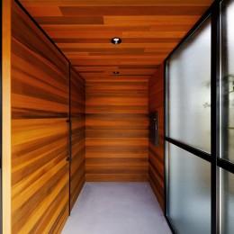 haus-cros / 十字フレームが印象付ける和洋折衷テイストの箱型中庭住宅 (haus-cros 玄関)