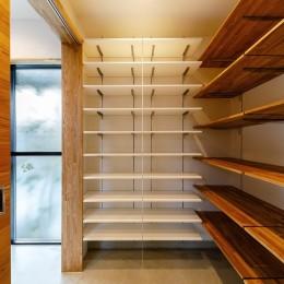 haus-cros / 十字フレームが印象付ける和洋折衷テイストの箱型中庭住宅 (haus-cros シューズクローゼット)